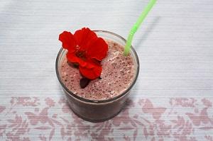 erfrischender Erdbeershake mit Blütenpollen, Honig u. Chia-Samen